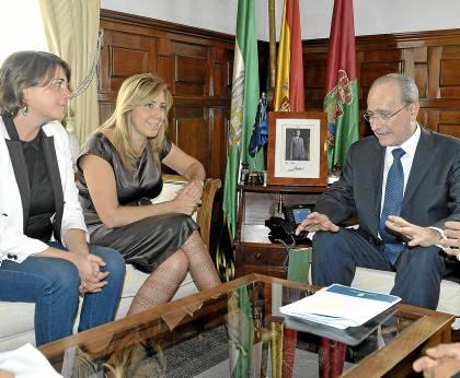 La presidenta, Susana Díaz, y la consejera de Fomento, Elena Cortés, ayer con el alcalde de Málaga.