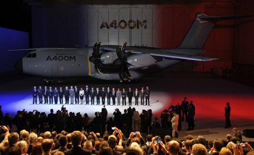 Un momento de la ceremonia del acto de entrega del primer A400M a Francia, ensamblado en la factoría sevillana de Airbus Military y que ha estado presidido por el Príncipe Felipe. Foto: EFE/Raúl Caro