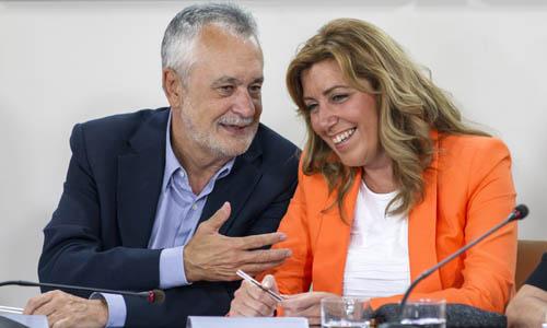 Griñán comenta con Susana Díaz en la presentación del nuevo gobierno andaluz. / EFE