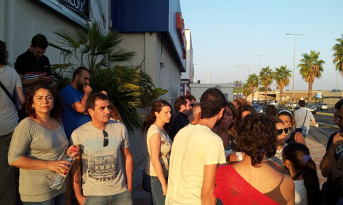 Los afectados por el cierre de Muebles Rey en Tomares se han concentrado a sus puertas.