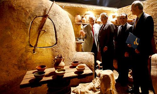 El alcalde, Juan Ignacio Zoido, junto al secretario general de la Fundación La Caixa, Lluis Reverte.