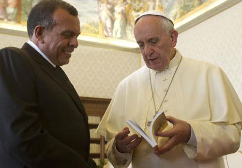 El papa Francisco (d) conversa con al presidente hondureño, Porfirio Lobo. / EFE