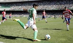 Juanfran, en el partido de Liga contra el Granada en el Villamarín / Paco Puentes (EFE)
