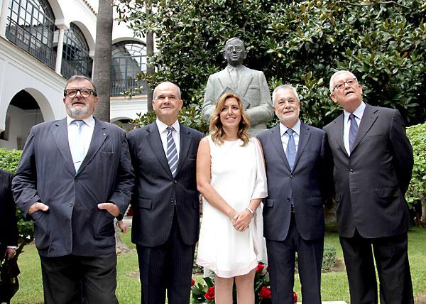 Susana Díaz junto con los cuatro presidentes de la Junta de Andalucía. / EFE