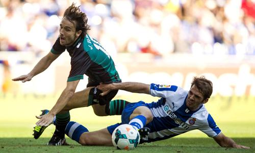Verdú cae ante Javi López durante el Espanyol-Betis / EFE