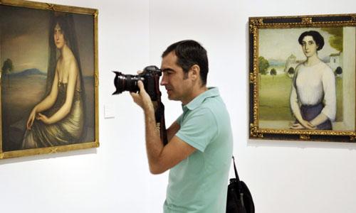 """"""" La Bella Otero"""" (i) y """"Socorro Miranda"""", dos de las 28 obras del pintor cordobés Julio Romero de Torres que se mostrarán en el Museo de Bellas Artes de Sevilla. / EFE"""