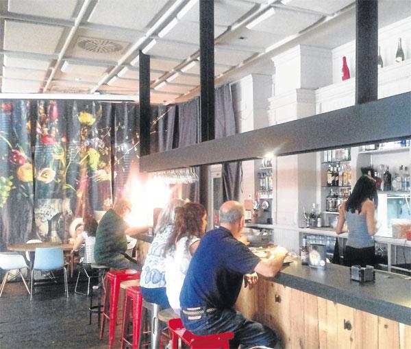 El local cuenta con una gran barra que armoniza dentro de un estilo entre industrial y rústico.