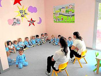 Un grupo de niños atiende las explicaciones de sus profesoras en un centro sevillano. / Paco Puentes (NPhoto)