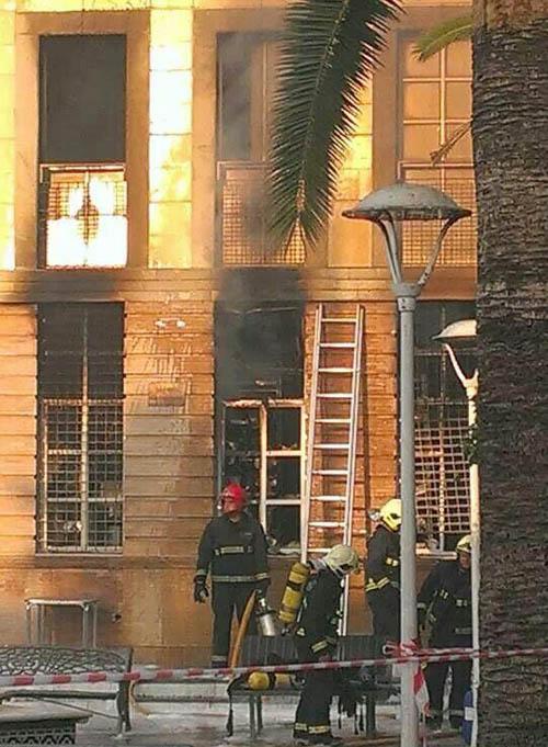 El incendio en el Ayuntamiento de Los Palacios. / Guillermo Utrera