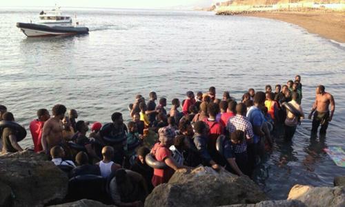 El grupo de subsaharianos a su llegada a la costa de Ceuta. Cadena Ser