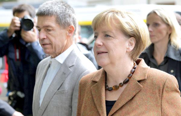 Angela Merkel y su marido Joachim Sauer, camino del colegio electoral. / EFE