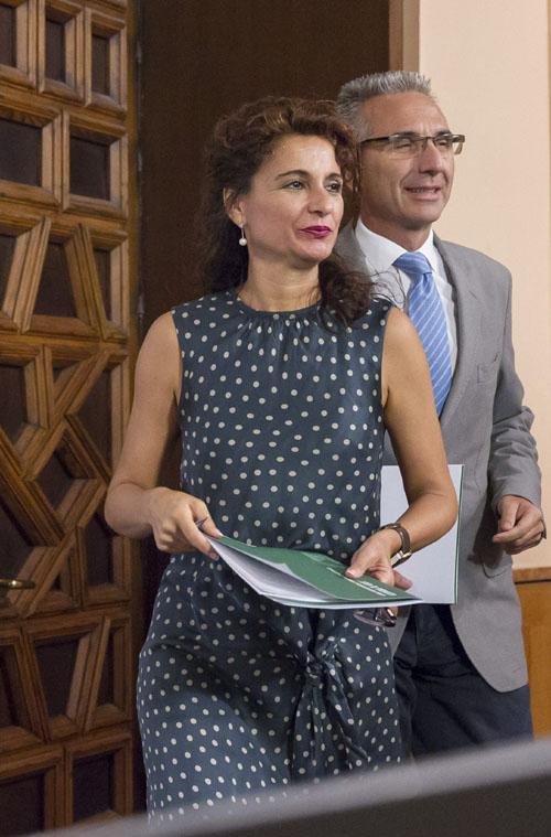 La consejera de Hacienda, María Jesús Montero, seguida por el portavoz del Ejecutivo andaluz, Miguel Ángel Vázquez, llega a la rueda de prensa ofrecida.