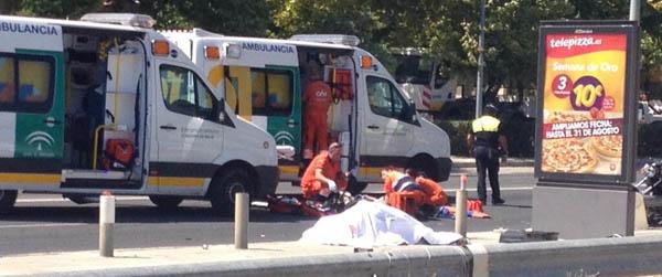 Los sanitarios atienden a las víctimas tras el accidente en la avenida Juan Pablo II: / @SergioMorante