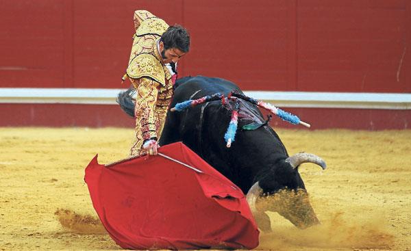 Padilla se metió al público en el bolsillo y salió a hombros. / López-Matito