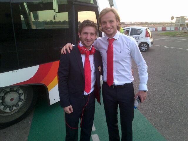 Rakitic y Marin antes de coger el avión. Foto @sevillafc
