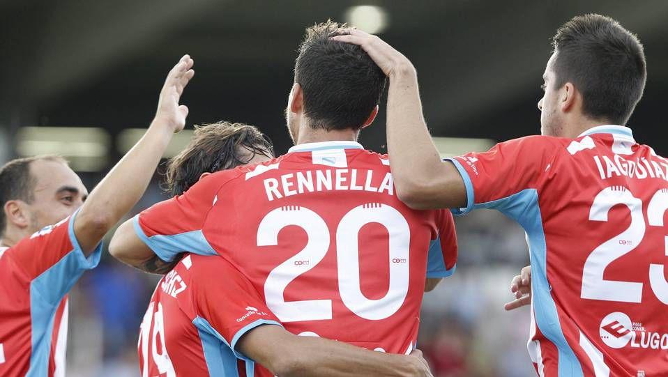 Rennella es felicitado tras el 1-0 / Óscar Cela (La Voz de Galicia)