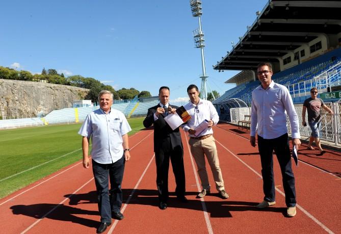 Los inspectores de la UEFA, uno haciendo una foto a la pista, el martes en Kantrida / Novilist