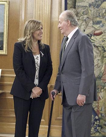 El Rey Juan Carlos conversa con la presidenta de la Junta de Andalucía, Susana Díaz. / EFE