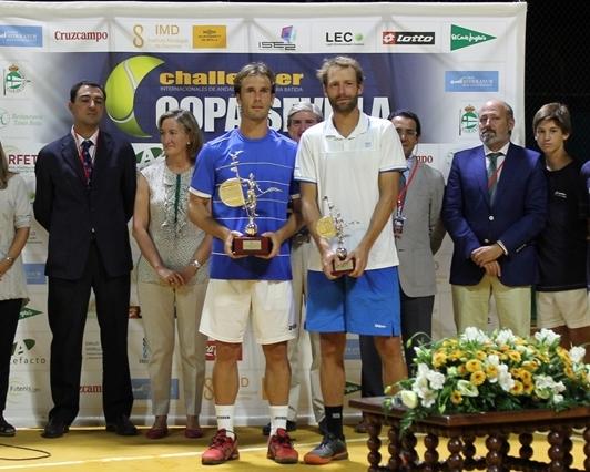 Daniel Gimeno-Traver, a la izquierda, posa con el trofeo junto a Stephane Robert.