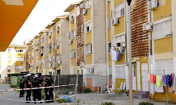 La Policía Nacional vigila el exterior de la vivienda en la que murió una menor en un tiroteo. / EFE