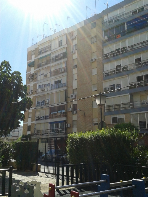 Edificio de Triana en el que se han presentado siete denuncias por robos en domicilios. / EL CORREO