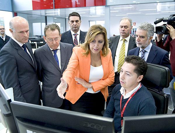La presidenta de la Junta, Susana Díaz (c), acompañada del consejero de Justicia, Emilio Llera (2i), durante su visita hoy a la nueva sede del 112 en Sevilla.