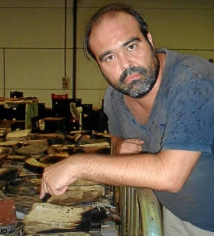 Julio Mayo Rodríguez trabaja 17 horas al día para intentar salvar los legajos quemados en el incendio.