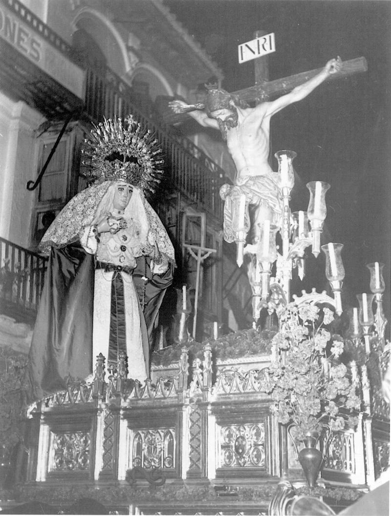 Cristo del Amor y antigua imagen de la Virgen de las Veredas de Utrera.