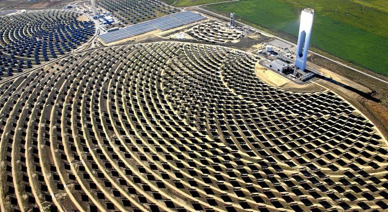 Plataforma Solar de Abengoa en Sanlúcar La Mayor (Sevilla). / EFE
