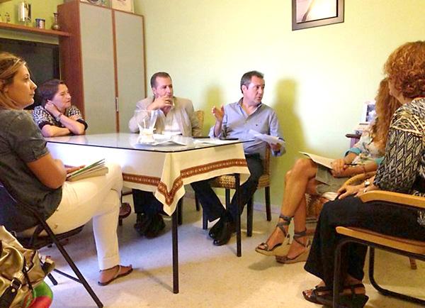 Juan Espadas en una reciente reunión con los vecinos de una VPO de Emvisesa.