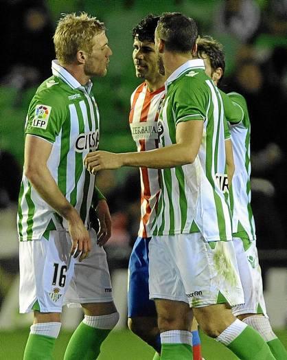 Perquis y Amaya se las tienen con Diego Costa en el Betis-Atlético de Copa.