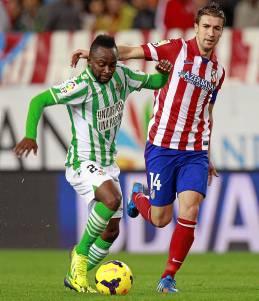 Cedrick intenta irse de Gabi en el Atlético-Betis / Alberto Martín (EFE)