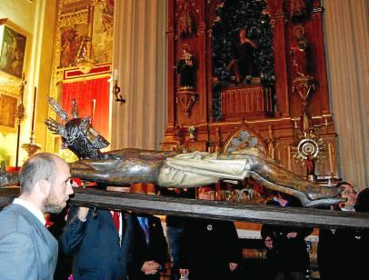 El Crucificado durante el viacrucis anual que realiza por el interior del templo parroquial.