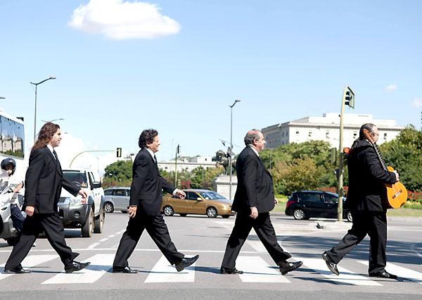 Cantores de Hispalis emulando la famosa foto de los Beatles. EFE
