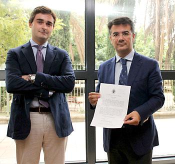 Carlos Rubio y Julio muestran la convocatoria de la protesta. / Manuel R. R. (Atese)