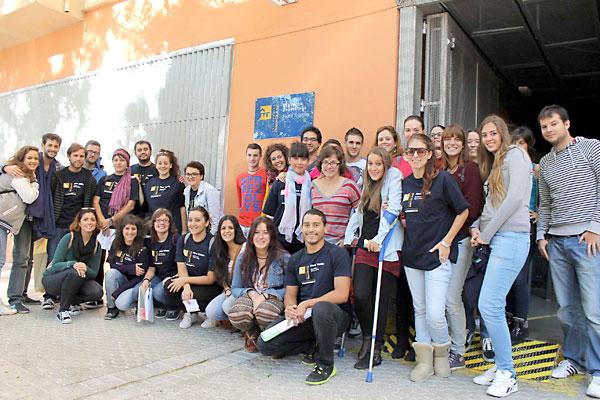 Los becarios y voluntarios de la Flora Teistán guiaron a los nuevos profesores por nueve recorridos diferentes por el barrio. / Manu R.R. (Atese)