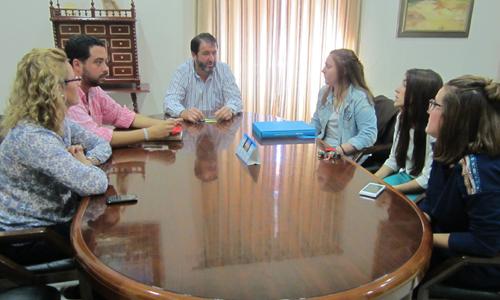 Los jóvenes del proyecto solidarios reunidos con el alcalde de Carmona.