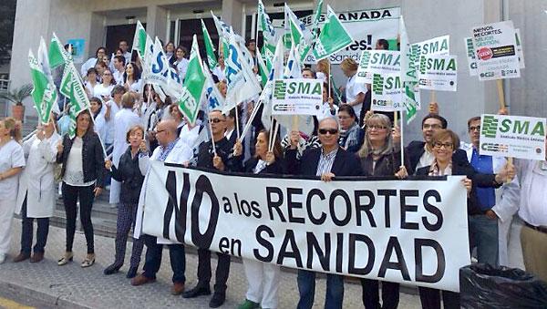 ´Trabajadores de la sanidad pública andaluza protestan por los recortes en plantillas y nóminas.