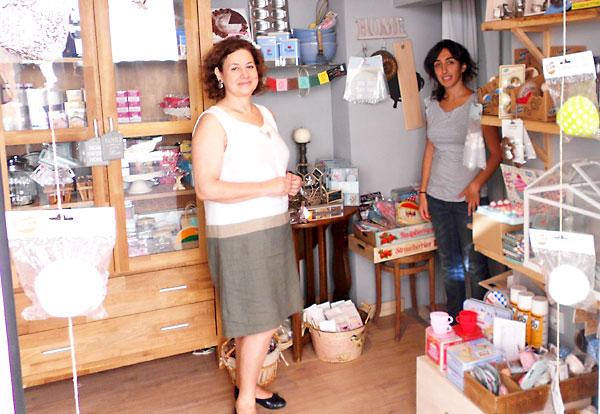 Pilar Álvarez y su hija Paula Ayuso posan en su local rodeadas de lo mejor para la repostería.