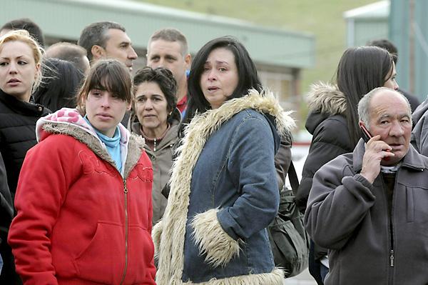 Familiares en las inmediaciones del Pozo Emilio del Valle de Llombera de Gordón (León), donde ocurrió la tragedia / EFE