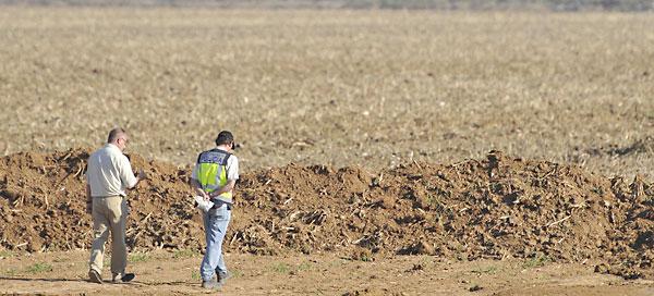 El padre de Marta del Castillo ha seguido los trabajos durante los tres días junto a la excavadora y los agentes de la Policía. / EFE