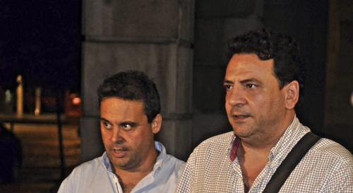 Los sindicalistas de CCOO, Juan Antonio Caravaca (i) y Enrique Manuel Jiménez García (d), abandonan esta noche los juzgados de Sevilla, tras prestar declaración ante la juez Mercedes Alaya. Foto: EFE