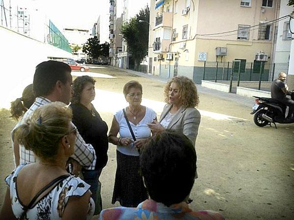 Adela Castaño (PSOE), junto a vecinos de la zona.