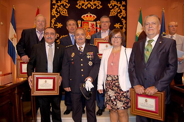 Los condecorados posan con las placas otorgadas por el Ayuntamiento de Alcalá de Guadaíra. / E.P.