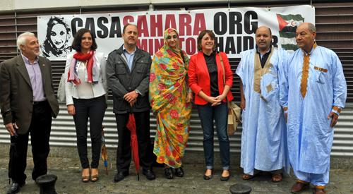 Elena Cortés y Aminatou Haidar (en el centro) en el local que albergará la Casa de la Cultura del Sáhara.