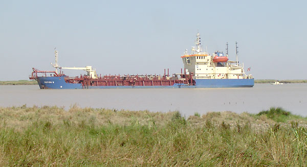 Un mercante navegando por el Guadalquivir.