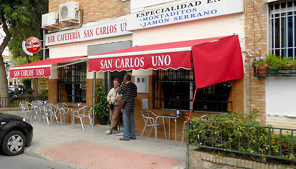 Bar Cafetería San Carlos Uno ocupa una buena esquina, justo al lado de un parque infantil.
