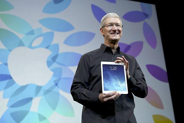 El CEO de Apple, Tim Cook, sostiene el iPad Air. /REUTERS