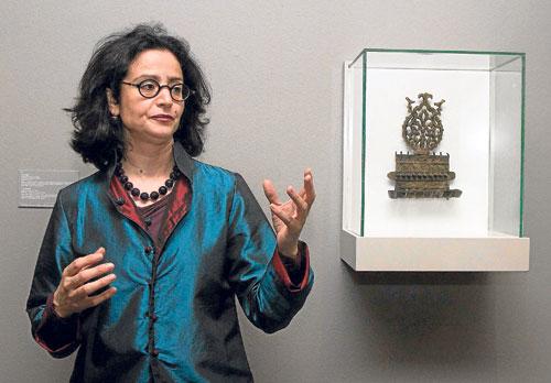La comisaria de la muestra explica una de las pocas piezas religiosas de la muestra, en este caso judía.