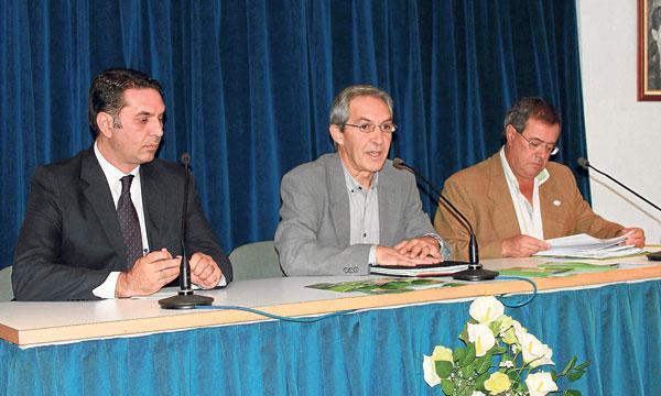 A la cita fueron los dirigentes de la Junta Javier Fernández y Francisco Morillo y el alcalde de Lora.